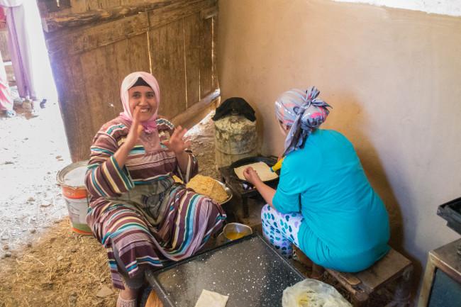 Session main à la pâte pour l'élaboration des traditionnelles Msmen