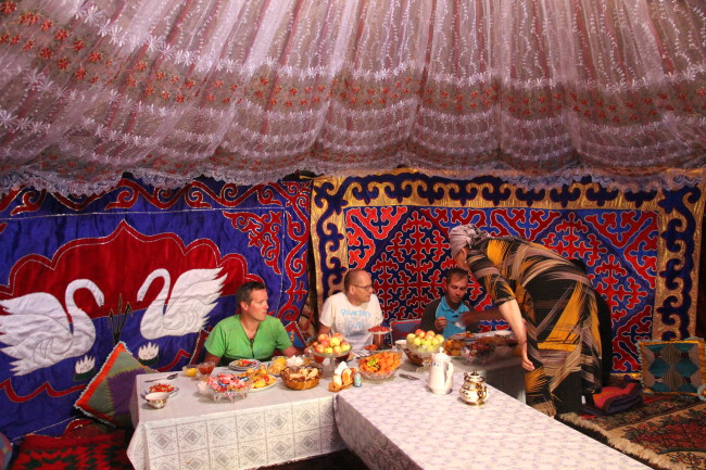 Dîner sous yourte - Voyage insolite VTT, idées séminaires teambuilding Kirghizie