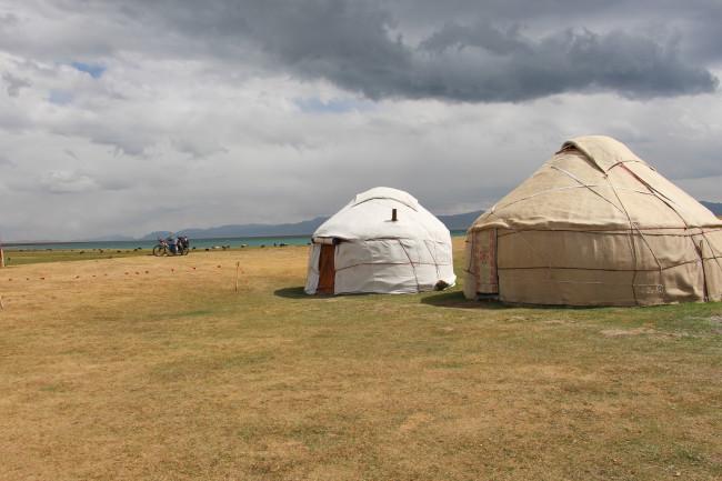 Rives du lac Son Kol - Voyage insolite VTT, idées séminaires teambuilding Kirghizie