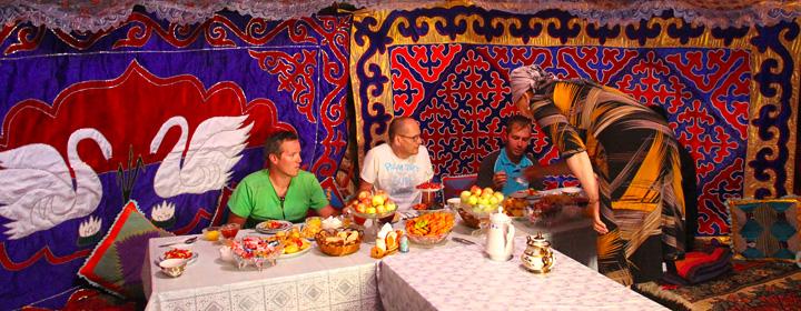 déjeuner sous la yourte en Kirghizie