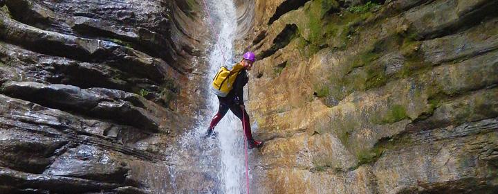 descente en rappel dans un canyon